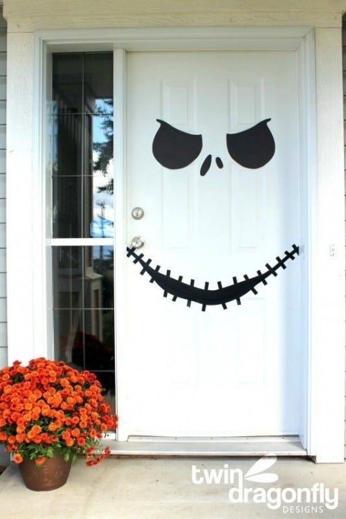 Fun halloween front door decorations for Decoration porte halloween
